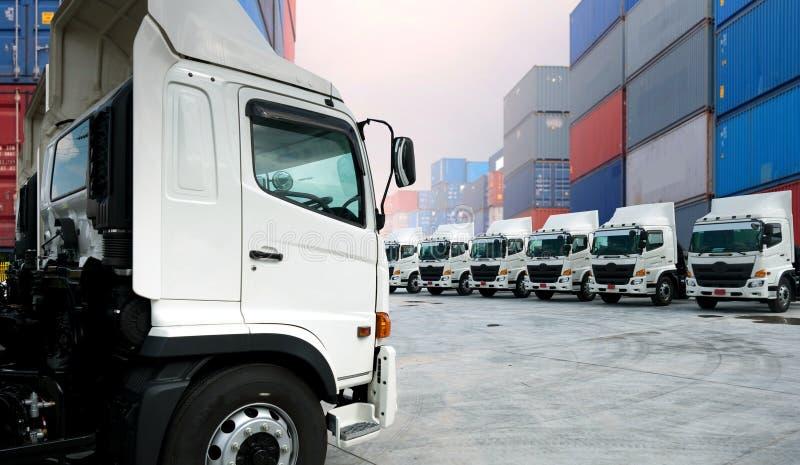 Frota de caminhões nova no depósito imagens de stock