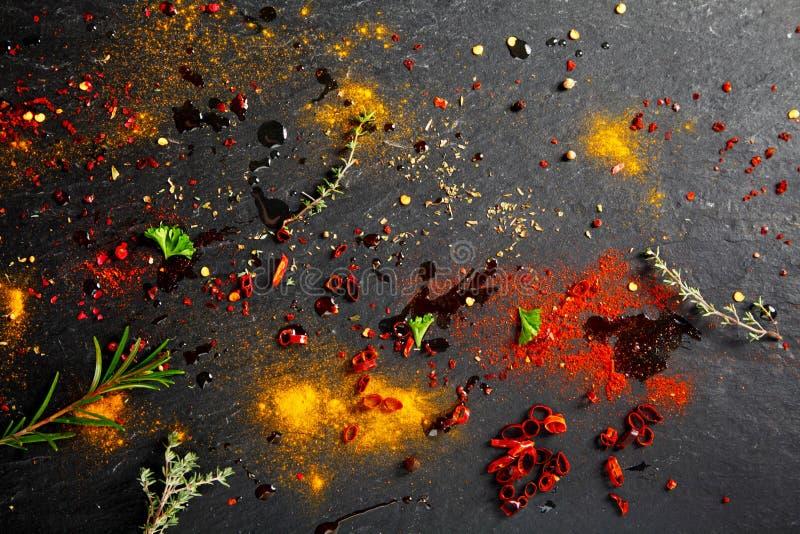 Frotación y polvo y salsa del adobo en la tabla fotos de archivo libres de regalías