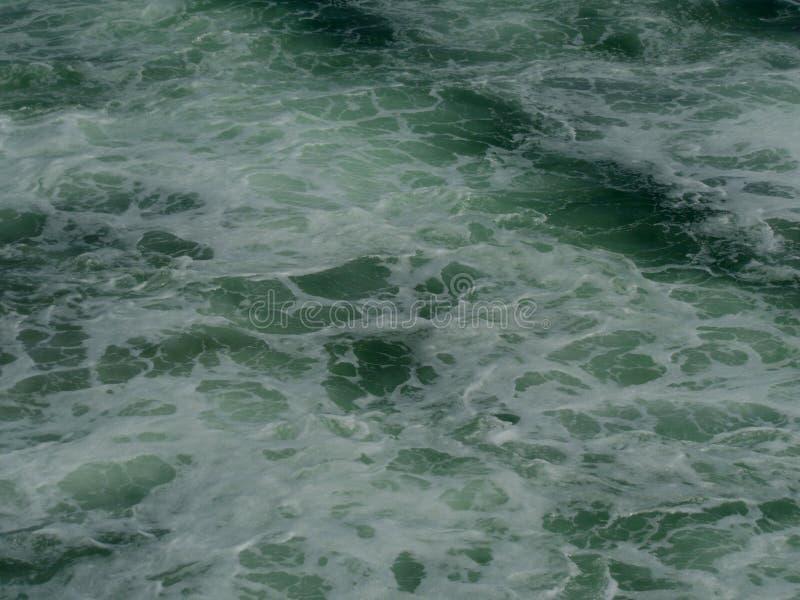 Frothy πράσινο θαλάσσιο νερό στοκ φωτογραφία με δικαίωμα ελεύθερης χρήσης