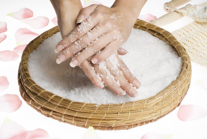 Frottez les mains avec du sel photographie stock libre de droits