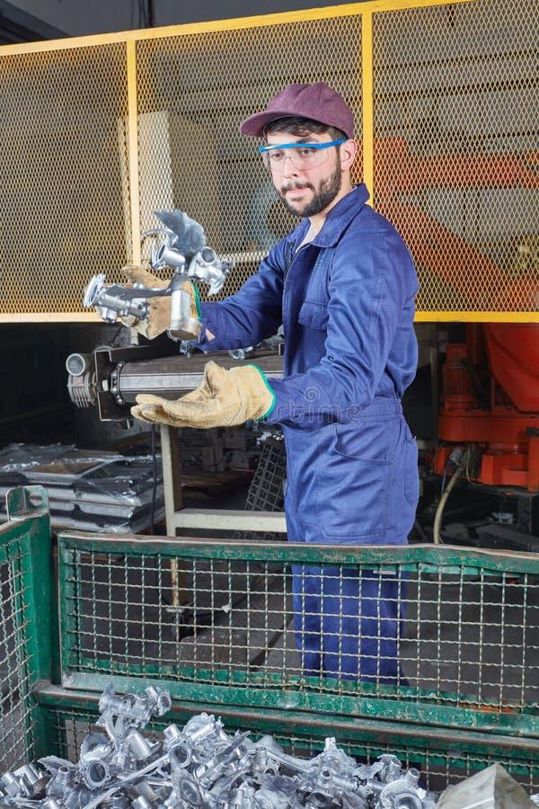Froundry-Arbeitskraft während der Herstellung und der Produktion lizenzfreie stockfotografie