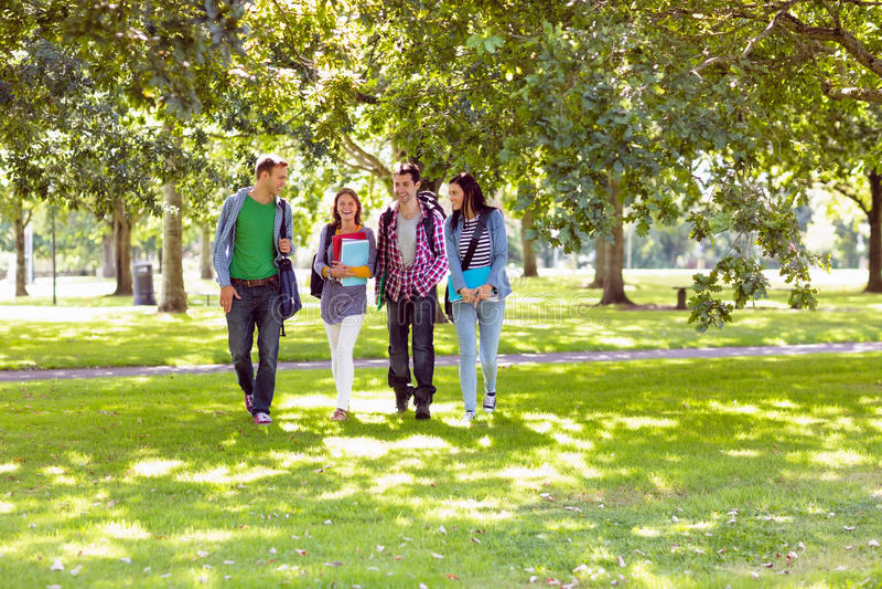 Froup van studenten die in het park lopen