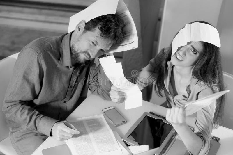 Fru och make som är desperata om räkningar och skatter arkivfoton