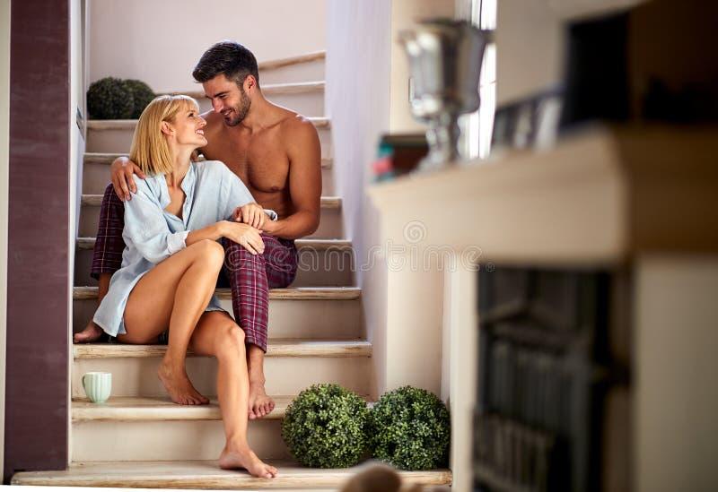 Fru och make som sitter p? trappa arkivbild