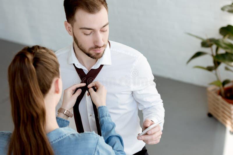 fru som bär ett band på affärsman arkivfoton