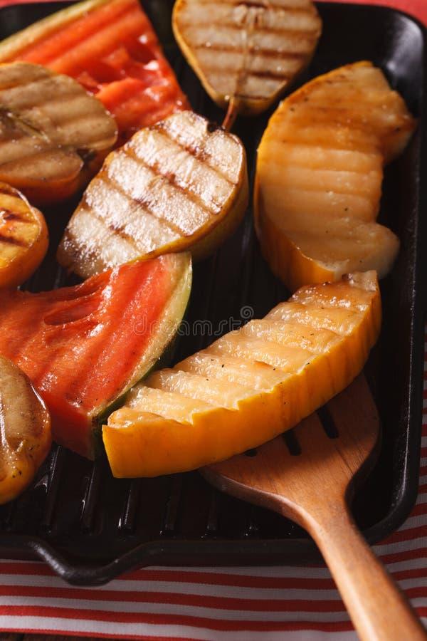 Fruchtäpfel, Melone, Birnen, Wassermelone auf einem Grillwannenmakro ver lizenzfreie stockfotos