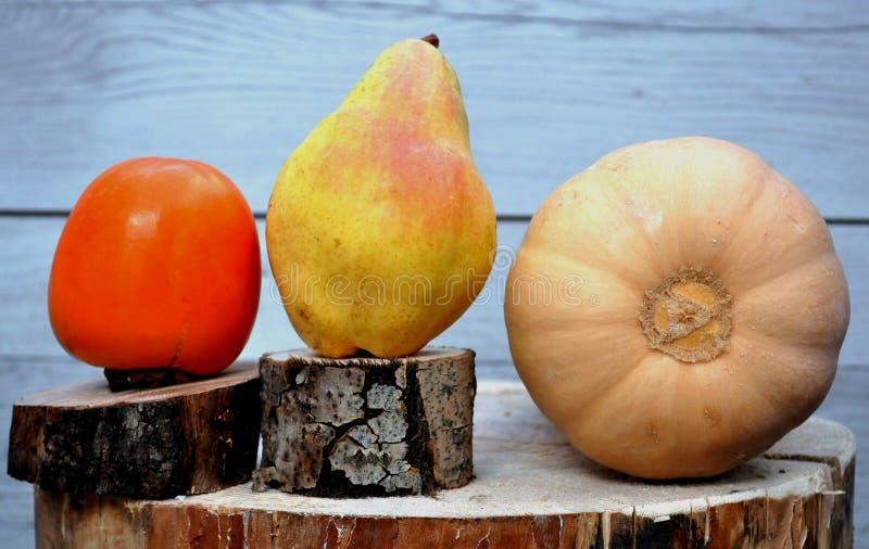 Frucht auf einer Scheibe des Holzes lizenzfreies stockfoto