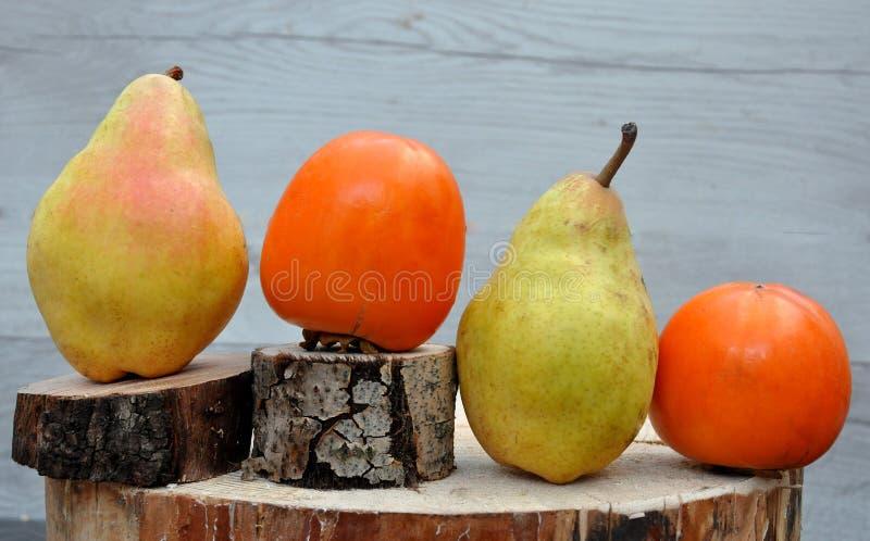 Frucht auf einer Scheibe des Holzes lizenzfreie stockfotografie