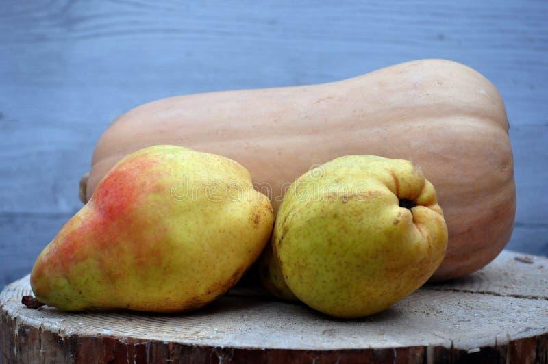 Frucht auf einer Scheibe des Holzes stockfotografie