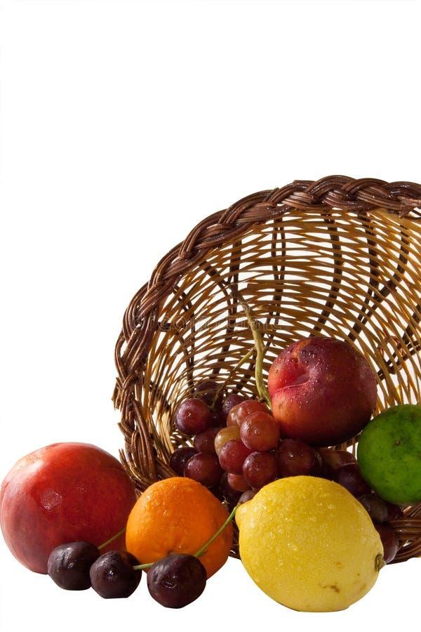 Frucht, die aus Fülle heraus verschüttet wird lizenzfreies stockbild