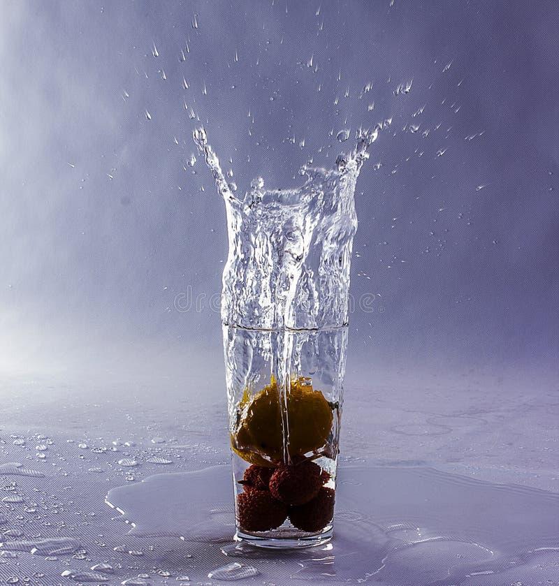 Frucht, die in ein Glas fällt stockfoto