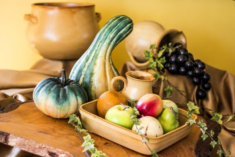 Frucht-Gemüse und keramisches Stillleben stockbilder