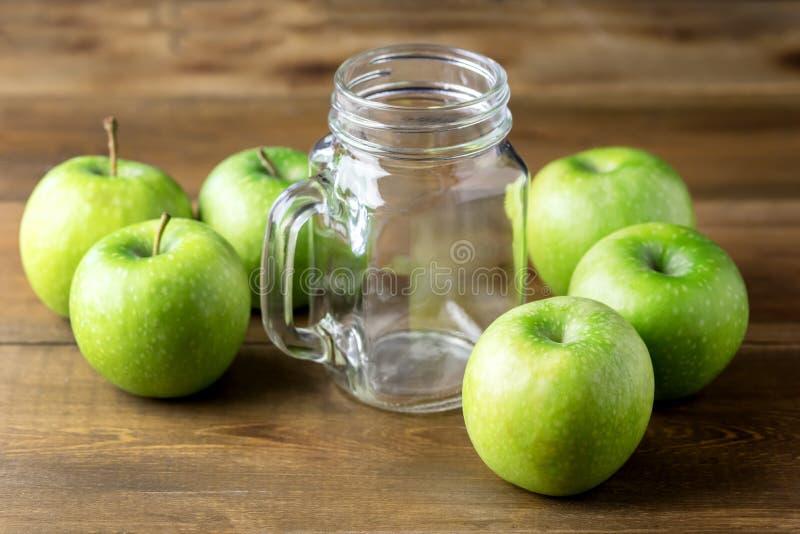Frucht-grüne Äpfel für frisch Saft-oder Smoothie-Glasgefäß w Detox-gesundes Lebensmittel-hölzernen Hintergrund lizenzfreie stockfotografie