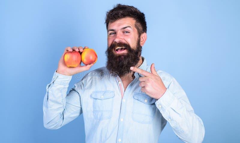 Frucht-Nähren Schließen Sie sich gesundem Lebensstil an Mann mit der Barthippie-Griffapfel-Fruchthand Nahrungstatsachen und Nutze stockbilder