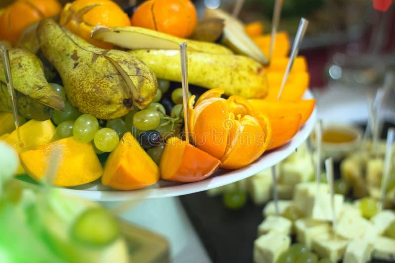 Frucht-Schneidmaschine für ein Bankett lizenzfreie stockbilder