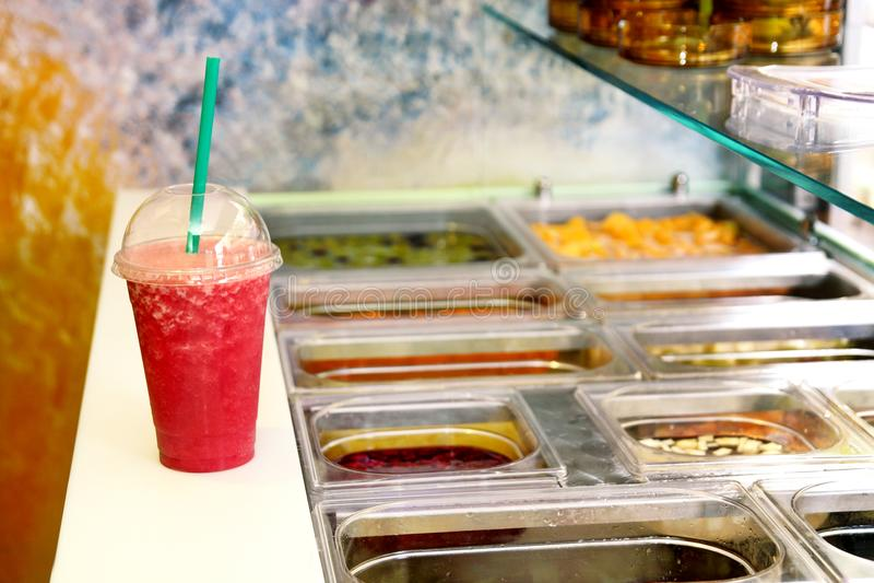 Frucht Smoothie bereit zu den Verkäufen in der Plastikschale mit Stroh Nehmen Sie Getränkkonzept weg Frische Fruchtsäfte am allge lizenzfreies stockfoto