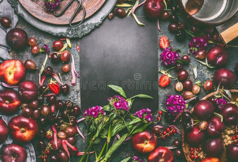 Frucht- und Beerenhintergrundsaisonalrahmen des Sommers blüht verschiedener mit Fruchtschüsseln und -garten um leere Tafel stockfotos