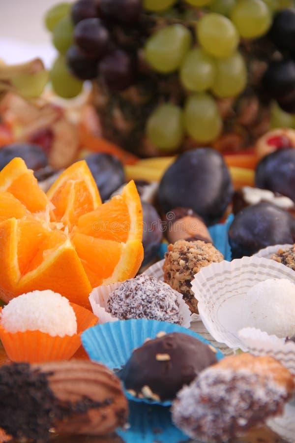 Frucht und Bonbons lizenzfreie stockfotos
