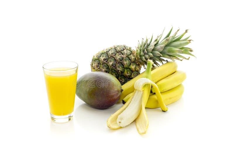 Frucht und fruchtiger Saft auf einem weißen Hintergrund lizenzfreie stockfotos