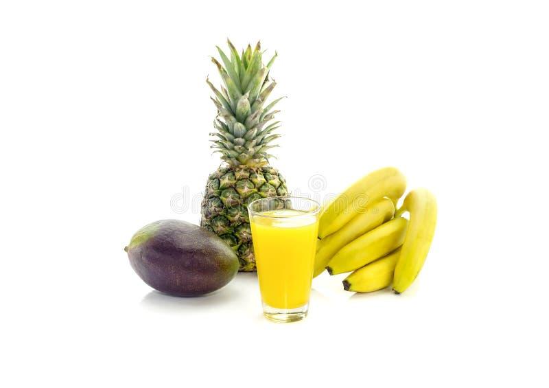 Frucht und fruchtiger Saft auf einem weißen Hintergrund stockbild