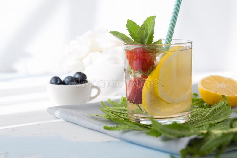 Frucht und Kraut hineingegossenes Wasser Kaltes Auffrischungsvitamin Detoxwasser Orange und Carafe mit Zitrusfruchteiswasser lizenzfreie stockfotos