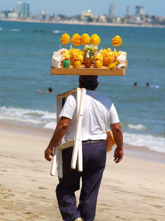 Frucht-Verkäufer auf dem Strand lizenzfreies stockfoto