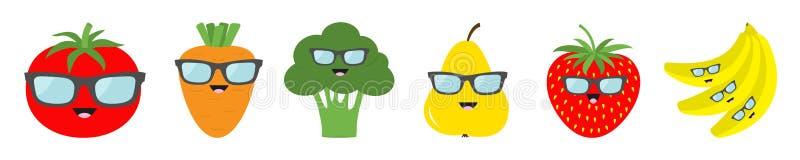 Fruchtbeerengemüsegesichtssonnenbrilleikonen-Satzlinie Birnenerdbeerbanane, Tomate, Karottenbrokkoli Netter Karikatur kawaii Char lizenzfreie abbildung