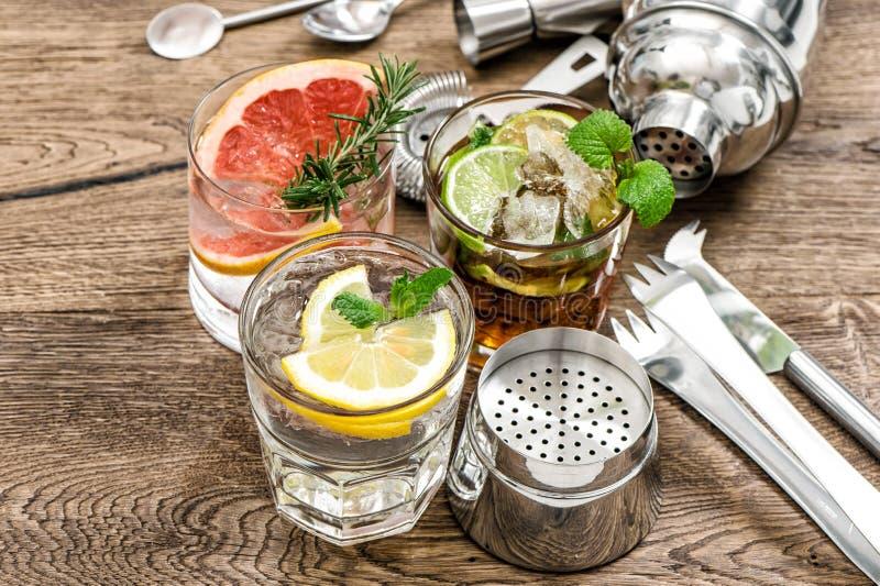 Fruchtgetränke Cocktail, das Barwerkzeuge, Schüttel-Apparat, Gläser herstellt lizenzfreie stockfotografie