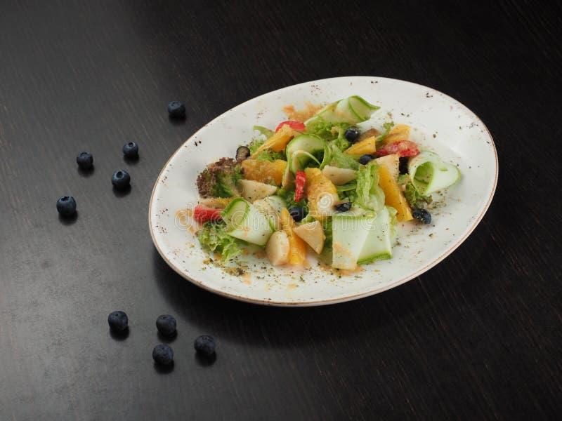 Fruchtiger Beerennachtisch der geschnittenen Frucht auf einer Platte stockbilder