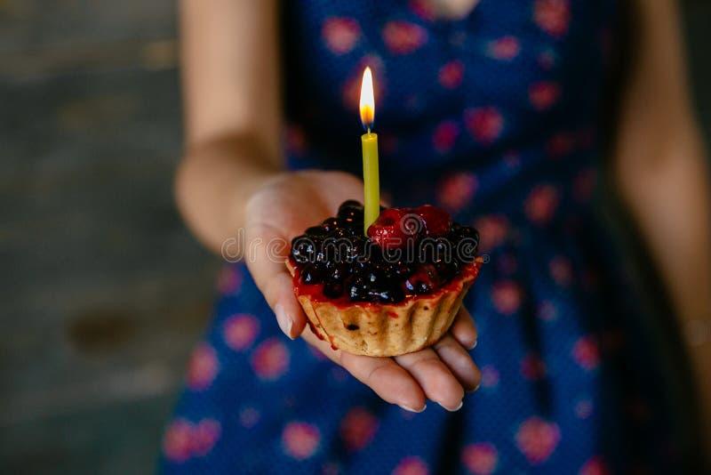 Fruchtkleiner kuchen mit Kerze stockfotografie