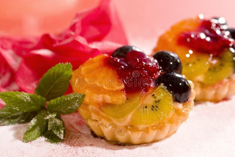 Fruchtkuchen auf Bildschirmanzeige stockfotos