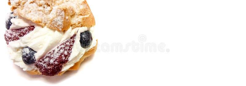 Fruchtkuchen mit amerikanischen Blaubeeren und der Erdbeernahaufnahme lokalisiert auf einem weißen Hintergrund mit Raum für Text lizenzfreie stockbilder