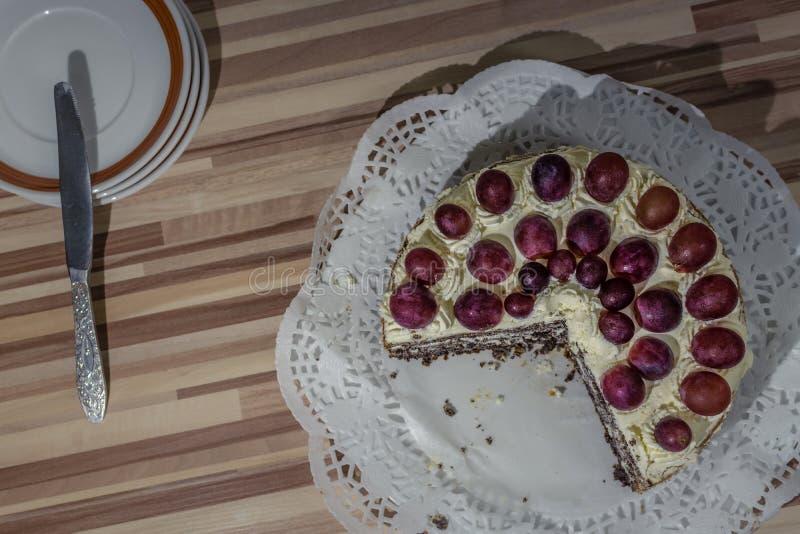 Fruchtkuchen mit gepeitschter Sahne stockbilder
