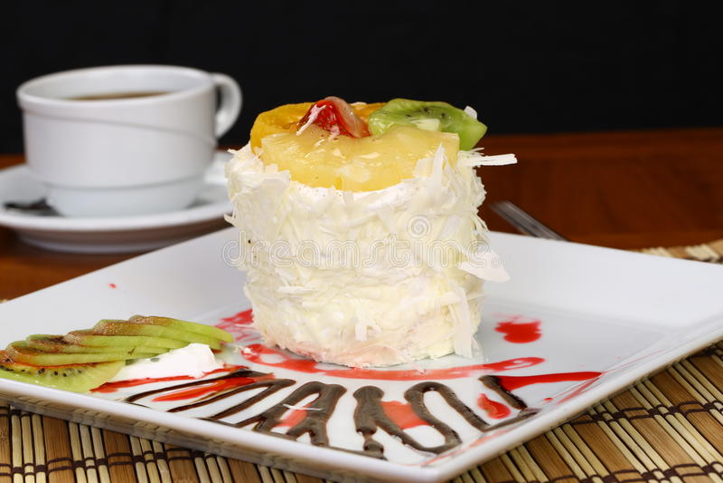 Download Fruchtkuchen Mit Kiwi Und Erdbeere Stockfoto - Bild von ausschnitt, sahne: 96927414