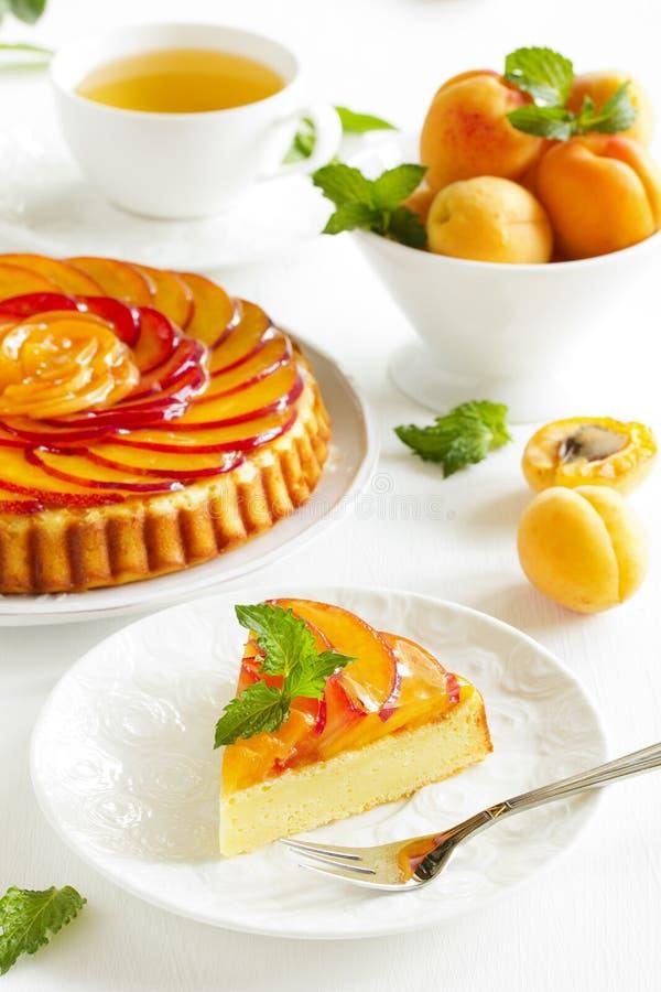 Fruchtkuchen mit Pfirsichen lizenzfreie stockbilder