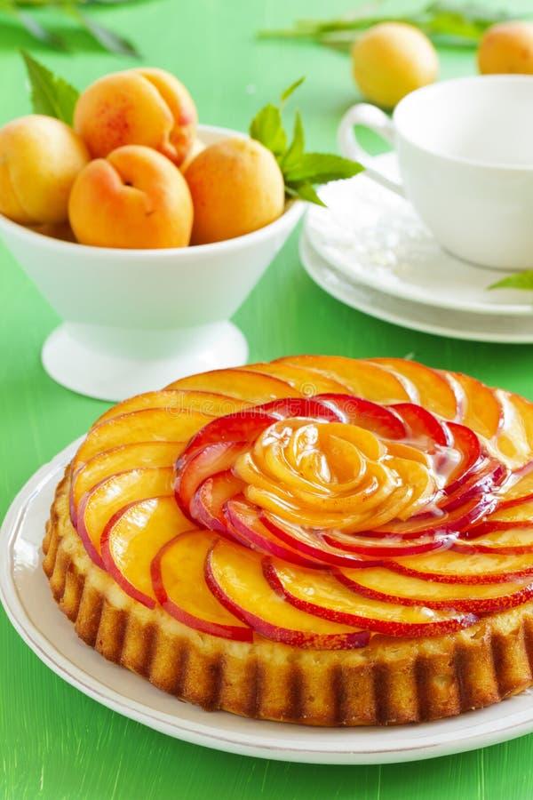 Fruchtkuchen mit Pfirsichen stockfotografie