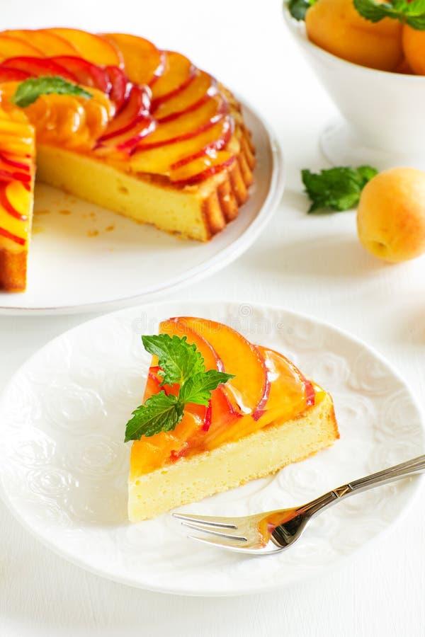 Fruchtkuchen mit Pfirsichen lizenzfreie stockfotos