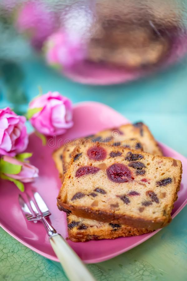 Fruchtkuchen oder kleiner Kuchen auf einer rosa Platte lizenzfreie stockfotografie
