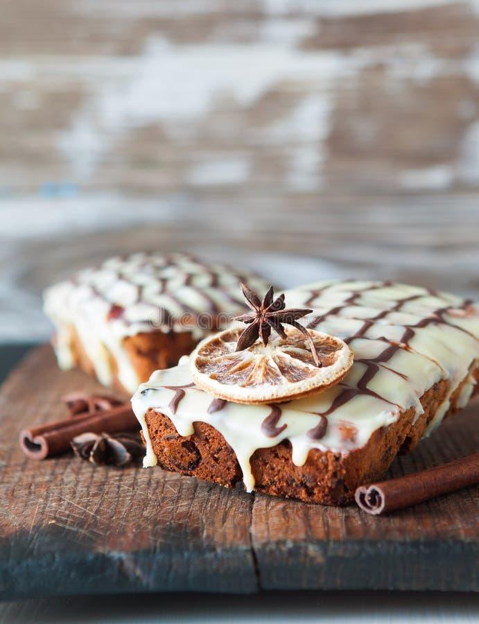 Fruchtkuchen verziert mit weißer und dunkler Schokolade stockfotografie