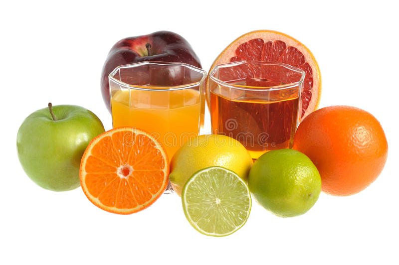 Fruchtmischung mit zwei Gläsern füllte mit dem Saft, der auf Weiß lokalisiert wurde lizenzfreie stockfotos