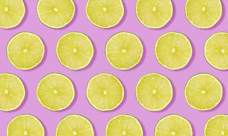 Fruchtmuster vom Kalk auf rosa Hintergrund stockfoto