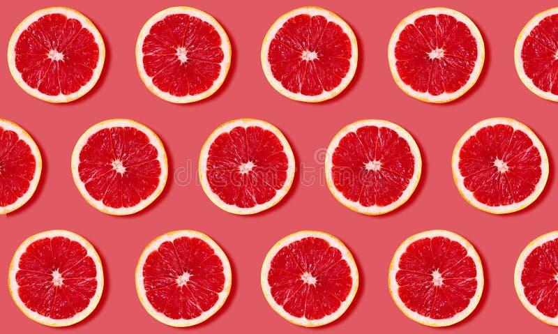 Fruchtmuster von der Pampelmuse auf rotem Hintergrund lizenzfreies stockbild