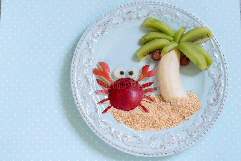Fruchtnachtisch für Kinderkind mit Kiwi, Banane und Birne stockfoto