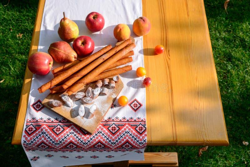 Fruchtpaste von Äpfeln, Birnen, Pfirsiche, Pflaumen Köstlicher Nachtisch des großzügigen Sommers lizenzfreie stockbilder