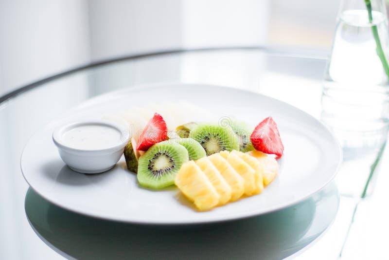 Fruchtplatte diente - frische Früchte und gesunde Ernährung angeredetes Konzept stockfoto