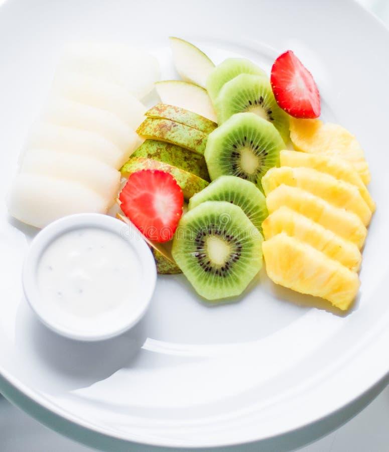 Fruchtplatte diente - frische Früchte und gesunde Ernährung angeredetes Konzept stockfotografie