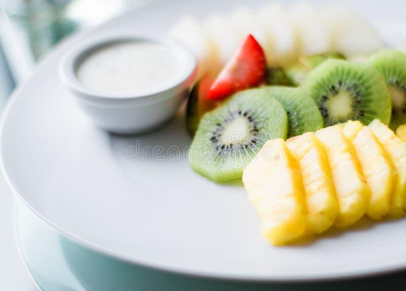 Fruchtplatte diente - frische Früchte und gesunde Ernährung angeredetes Konzept lizenzfreie stockfotografie