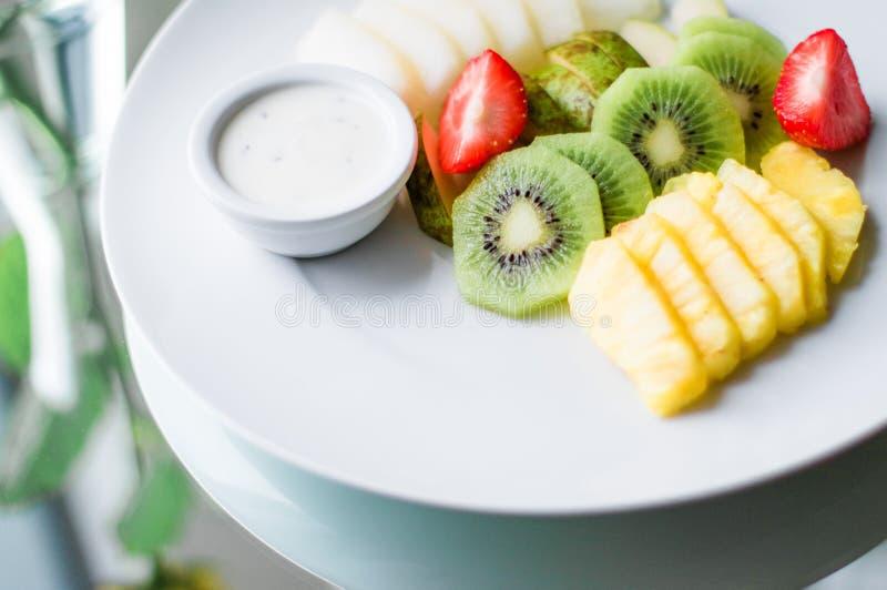 Fruchtplatte diente - frische Früchte und gesunde Ernährung angeredetes Konzept stockbild