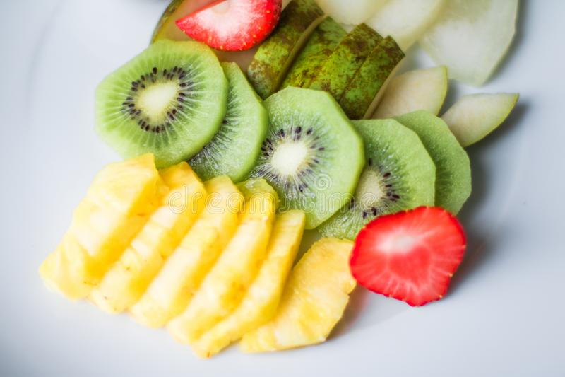 Fruchtplatte diente - frische Früchte und gesunde Ernährung angeredetes Konzept lizenzfreies stockfoto