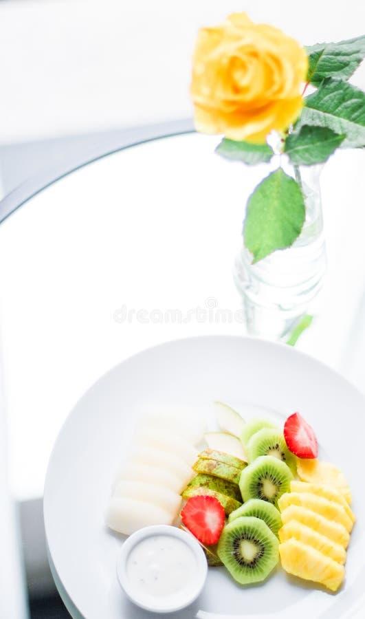 Fruchtplatte diente - frische Früchte und gesunde Ernährung angeredetes Konzept stockfotos